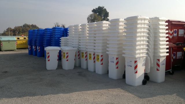 Sale of containers for pre-collection of waste